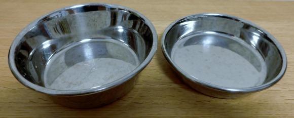 猫用の水飲み用の皿と食事用の皿